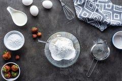 vlak leg met regeling van ingrediënten voor eigengemaakte pastei op dark stock fotografie