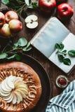 vlak leg met regeling van leeg notitieboekje, verse appelen, kaars en eigengemaakte appeltaart royalty-vrije stock foto
