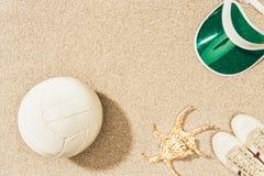 vlak leg met volleyballbal, GLB, tennisschoenen en overzeese ster royalty-vrije stock foto