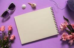 Vlak leg met Witboek en zonnebril op violette achtergrond Romantische roze nam bloemboeket toe Stock Afbeelding