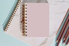 Vlak leg notitieboekje en potlood voor de zomervakantie op turkooise achtergrond stock fotografie