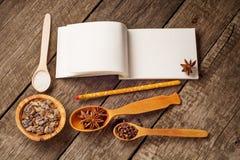 Vlak leg op rustieke achtergrond met Anise Star, bruine suiker houten lepel en lege blocnote Bakselachtergrond royalty-vrije stock afbeeldingen