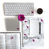 Vlak leg: open boek, toetsenbord, koffie, zwarte pen, om lijst, zilveren en roze te doen, purper, violette, rode Gerbera-bloem me stock foto's