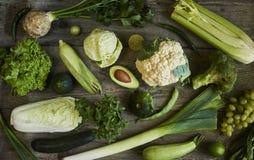 Vlak leg reeks geassorteerde groene gestemde groenten, verse organi stock afbeelding