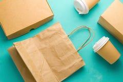 Vlak leg rekupereerbare soorten document verpakking op een blauwe achtergrond, document zak, beschikbaar glas, kartonvakje royalty-vrije stock foto's