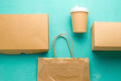 Vlak leg rekupereerbare soorten document verpakking op een blauwe achtergrond, document zak, beschikbaar glas, kartonvakje royalty-vrije stock afbeelding