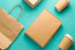 Vlak leg rekupereerbare soorten document verpakking op een blauwe achtergrond, document zak, beschikbaar glas, kartonvakje stock afbeeldingen
