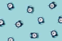 Vlak leg retro mooie nieuwe wekker op blauwe kleurenachtergrond Patroon bovenkant Stock Afbeelding