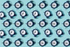 Vlak leg retro mooie nieuwe wekker op blauwe kleurenachtergrond Patroon bovenkant Stock Foto's
