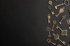 Vlak leg samenstelling met brons uitstekende overladen sleutels op donkere achtergrond royalty-vrije stock afbeelding