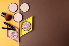 Vlak leg samenstelling met diverse make-upproducten op kleurenachtergrond stock afbeelding