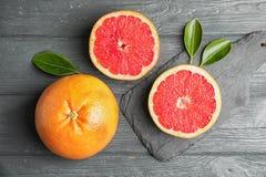 Vlak leg samenstelling met grapefruits op achtergrond stock afbeelding