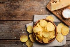 Vlak leg samenstelling met heerlijke knapperige chips op lijst royalty-vrije stock foto's