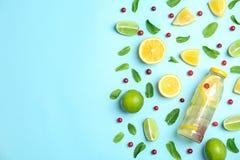 Vlak leg samenstelling met heerlijke natuurlijke limonade royalty-vrije stock afbeelding