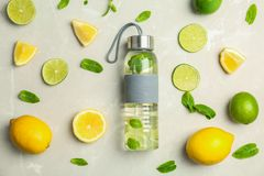Vlak leg samenstelling met heerlijke natuurlijke limonade royalty-vrije stock fotografie