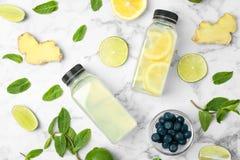 Vlak leg samenstelling met heerlijke natuurlijke limonade royalty-vrije stock foto