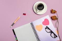 Vlak leg samenstelling met kantoorbehoeften op roze achtergrond Spot omhoog stock afbeelding