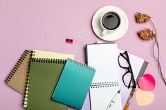 Vlak leg samenstelling met kantoorbehoeften op roze achtergrond Spot omhoog voor ontwerp royalty-vrije stock foto's