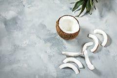 Vlak leg samenstelling met kokosnoot op concrete achtergrond stock afbeeldingen