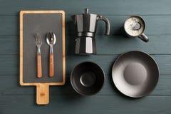 Vlak leg samenstelling met schotels en kop van koffie royalty-vrije stock afbeelding