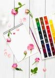 Vlak leg samenstelling met sketchbooks, borstels, waterverfverf royalty-vrije stock foto