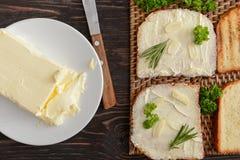 Vlak leg samenstelling met smakelijke geroosterde brood, bessen en boter op houten lijst royalty-vrije stock afbeelding
