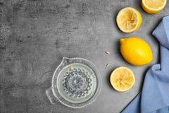 Vlak leg samenstelling met vers gedrukt citroensap en ruimte voor tekst stock afbeeldingen