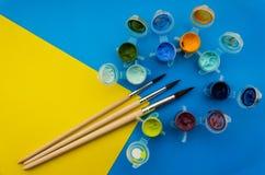 Vlak leg samenstelling met verschillende acryl of olieverven en borstels op grungeachtergrond royalty-vrije stock foto