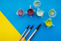 Vlak leg samenstelling met verschillende acryl of olieverven en borstels op grungeachtergrond royalty-vrije stock foto's