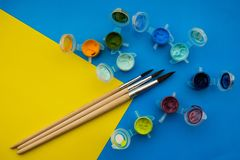 Vlak leg samenstelling met verschillende acryl of olieverven en borstels op grungeachtergrond stock foto's