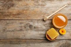 Vlak leg samenstelling met verse honing Stock Foto