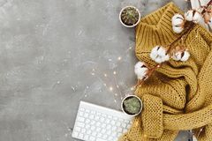 Vlak leg samenstelling met warme sweater, stock afbeeldingen