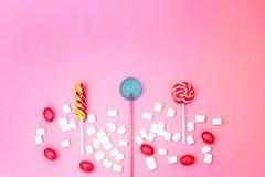 Vlak leg samenstelling met yummy lollys en heemst en ruimte voor tekst op roze achtergrond royalty-vrije stock foto