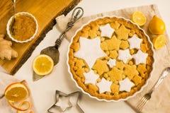 Vlak leg scherp met citroen, sinaasappel en gemberjam met star-shaped koekjes wordt verfraaid dat Royalty-vrije Stock Afbeelding
