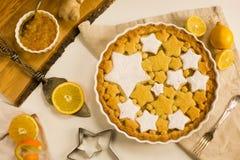Vlak leg scherp met citroen, sinaasappel en gemberjam met star-shaped koekjes wordt verfraaid dat Royalty-vrije Stock Afbeeldingen
