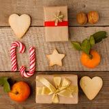 Vlak leg, stelt creatief verpakte en verfraaide Kerstmis in dozen op uitstekende houten achtergrond voor stock afbeelding