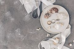 Vlak leg trouwringen op shell, van het overzeese de decoratie huwelijksconcept, Huwelijkssymbolen stock foto's