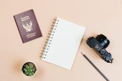 Vlak leg van compacte camera met het paspoort van Thailand Stock Foto