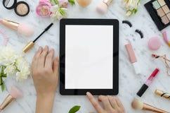 Vlak leg van van de de glamourschoonheid van de vrouw de producten en de toebehoren op een witte achtergrond Tablet, borstels, va royalty-vrije stock foto