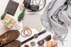 Vlak leg van de toebehoren van mensen met schoenen, horloge, telefoon, oortelefoon stock afbeeldingen