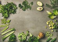 Vlak-leg van geheel en snijd groene groenten en kruiden stock afbeelding