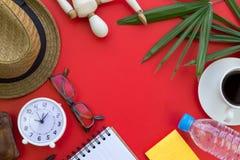 Vlak leg van hoogste lijst met toebehoren op rode achtergrond met lege ruimte voor tekst Stock Foto's