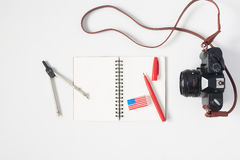 Vlak leg van kantoorbehoeften met Amerikaanse vlaggom, notitieboekje met Stock Foto's