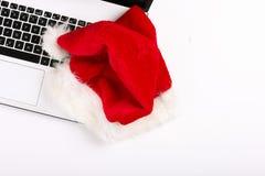 Vlak leg van Kerstmisgift met laptop hoogste mening over witte achtergrond, exemplaarruimte stock foto's
