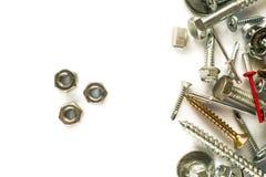 Vlak leg van noten op wit Zelf boorschroeven bevestigingsmiddelen Verbindend materiaal op witte achtergrond stock foto