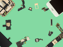 Vlak leg van slimme telefooncomponenten isoleren royalty-vrije stock foto's