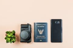 Vlak leg van uitstekende digitale compacte camera met het officiële paspoort van Thailand en slimme telefoon en kleine cactus Royalty-vrije Stock Foto