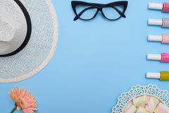 Vlak leg van vrouwelijke inzameling van hoed, glazen en spijker polishe Stock Foto's