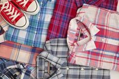 Vlak leg verschillende geruite overhemden witn rode tennisschoenen De toevallige reeks van de vrouwenkleding Royalty-vrije Stock Foto's