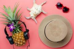 Vlak leg voorwerpen de toebehoren voor de vakantie van de reiszomer & muziek achtergrondconcept royalty-vrije stock foto
